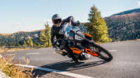 Frontansicht einer fahrenden KTM 790 Adventure
