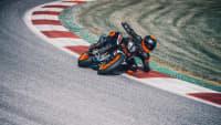 Motorradfahrer fährt mit KTM 890 Duke R durch eine Kurve