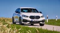 Front- und Seitenansicht eines fahrenden BMW 118
