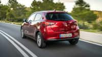 Heckansicht des Mazda 2 fahrend