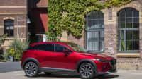der Mazda CX 3 Modelljahr 2021 steht vor einem Haus