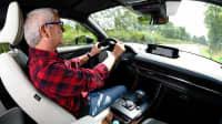 ADAC Redakteur Thomas Kroher fährt Mazda MX-30 Probe