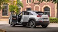 Mazda MX-30 stehend mit geöffneten Türen