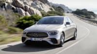 Mercedes E-Klasse Facelift fahrend von vorne auf einer Strasse