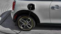 der neue Mini Elektro Electric Autohängt an der Ladesäule und tankt Strom