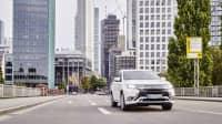 Mitsubishi Outlander PHEV Hybrid fahrend in der Stadt