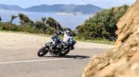 Moto Guzzi V85 TT fahrend durch Kurve