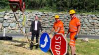 Mitarbeiter der Autobahnmeisterei Ilz und ASFINAG Mitarbeiter Peter Rath stellten die neuen Verkehrsschilder aus Holz aufauf