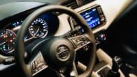 Blick auf das Lenkrad des Nissan Micra