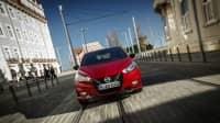 Ein roter Nissan Micra x-Tronic fährt auf den Betrachter zu