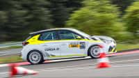 der elektrische Rallye Opel Corsa von der Seite