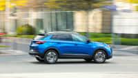 Blauer Opel Grandland X faehrt auf Strasse