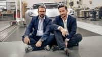 Anton Piëch und Kreativ Direktor Rea Stark Rajcic sitzen vor dem Piëch Auto Mark Zero