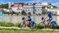 Radfahrer auf dem Donauradweg in Passau am Inn, der hier in die Donau fließt