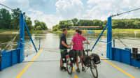 Ein Paar mit Fahrrädern überquert die Elbe auf einer Fähre bei Breitenhagen, unterwegs am Elberadweg