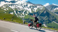 Ein Radfahrer fährt die Hochalpenstraße entlang des Großglockners