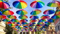 Kunstinstallation aus bunten Regenschirme über einem Platz in Bad Mergentheim