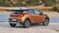 oranger Renault Captur stehend von hinten