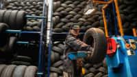 Runderneuerte Reifen werden bearbeitet