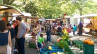 """Menschen kaufen auf dem Markt """"Dicke Linda"""" in Berlin ein"""