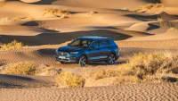 Der Mittelklasse SUV Seat Tarraco fährt offroad durch die Wüste