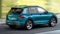 VW Tiguan fahrend auf einer Straße