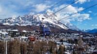 Neuer Sessellift vor verschneiter Landschaft im Skigebiet von Cortina