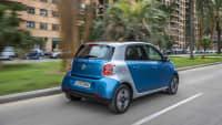 Ein blauer Smart fährt auf einer Strasse