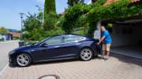 Tesla-Fahrer Thomas Pfluger lädt selbst erzeugten Solarstrom  vor der eigenen Garage