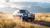 Blauer Rolls Royce Cullinan fahert auf Strasse