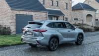 Hellgrauer Toyota Highlander 2021 während der Fahrt auf einer Kopfsteinpflasterstraße