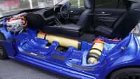 Ein Querschnitt mit Tanks vom Wasserstoffauto Toyota Mirai