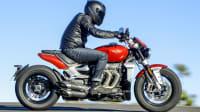 Motorradfahrer auf einer Triumph Rocket 3 R