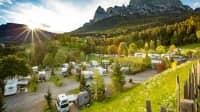 Campingplatz mit Bergen im Hintergrund