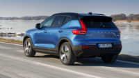 Rückansicht des neuen blauen Volvo XC40 Recharge während der Fahrt