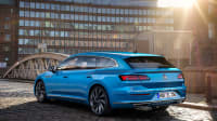 Der neue VW Arteon 2020 steht in blau auf einer Brücke