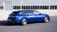 Ein blauer VW Arteon 2020 fährt in Seitenansicht über einen Flugplatz