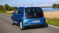 Heckansicht des VW eco up! fahrend