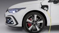 Der neue Golf GTE der Elektrogolf hängt am Ladekabel