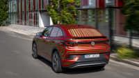 VW ID5 fahrend auf einer Straße