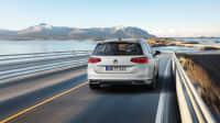 weisser VW Passat faehrt durch Landschaft