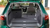 Cockpit eines gruenen VW Passat Alltrack Kombi