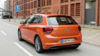 Rueckansicht eines orangenen VW Polo