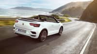 VW T-Roc Cabriolet fährt an Küstenstrasse entlang