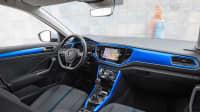 Cockpit eines blauen VW T-Roc
