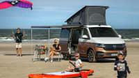 Der neue VW  T6 california ocean am Strand mit einer 4köpfigen Familie