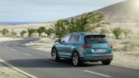 VW Tiguan fahrend auf einer Strasse von schräg hinten