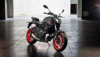 Ein Yamaha MT-07 Motorrad steht auf einer Straße, seitlich zu sehen