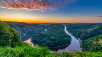 Fluss im Abendrot aus der Vogelperspektive