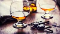 Zwei Cognac-Gläser mit einem Autoschlüssel